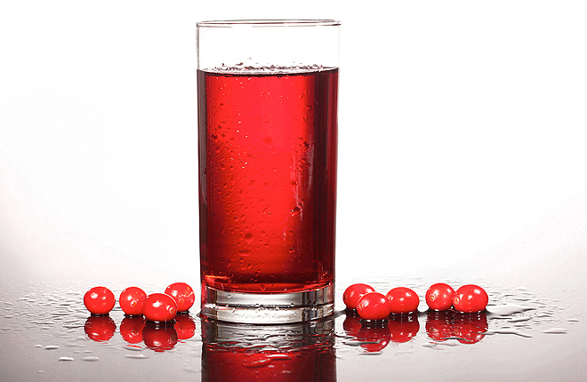 A glass of cranberry juice and cranberries